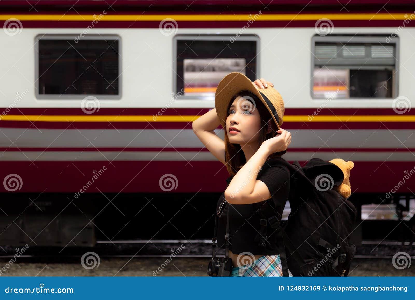 Πορτρέτο που γοητεύει την όμορφη γυναίκα Ελκυστικός όμορφος τουρίστας