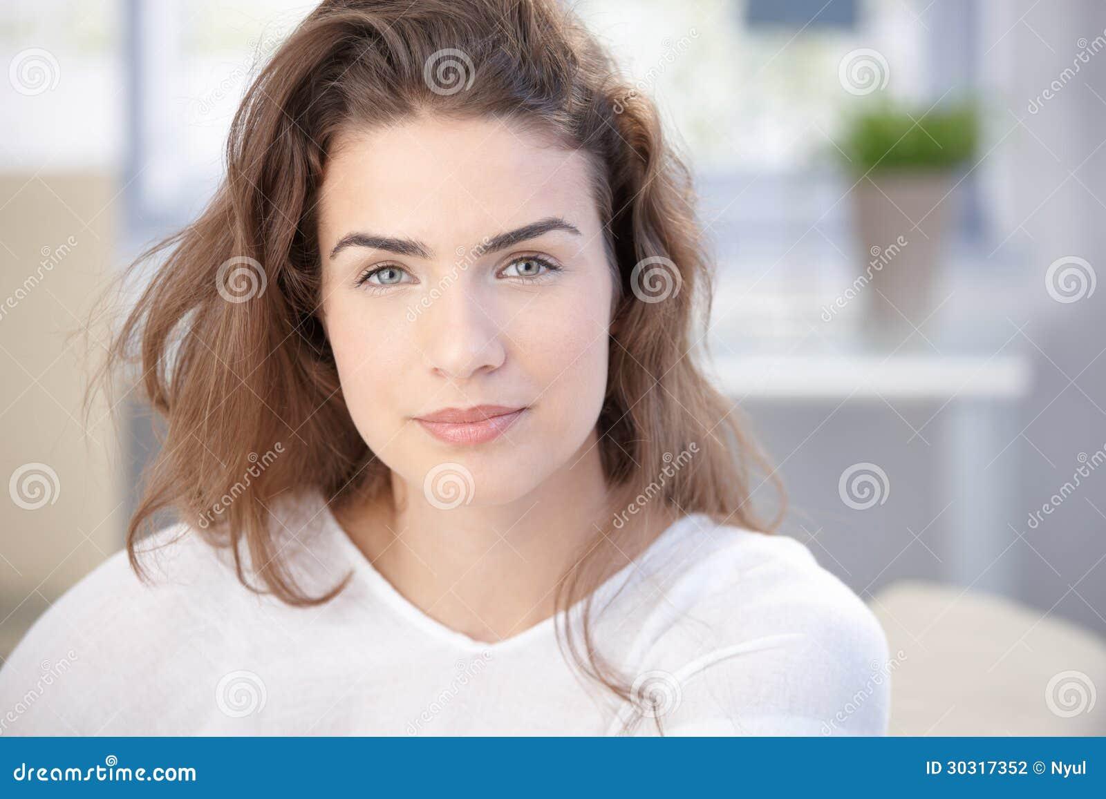 Πορτρέτο πρωινού της όμορφης γυναίκας στο σπίτι