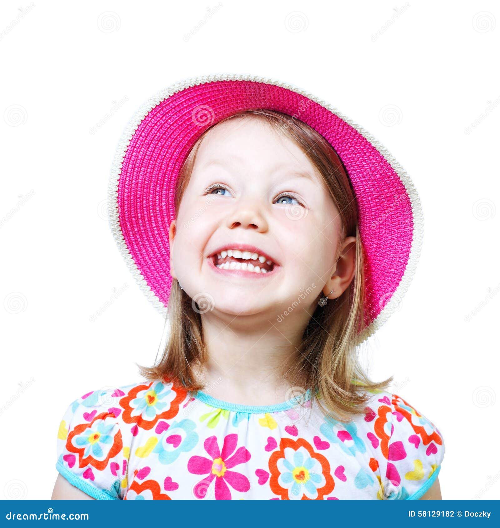 Πορτρέτο στούντιο ενός χαμογελώντας μικρού κοριτσιού με το καπέλο
