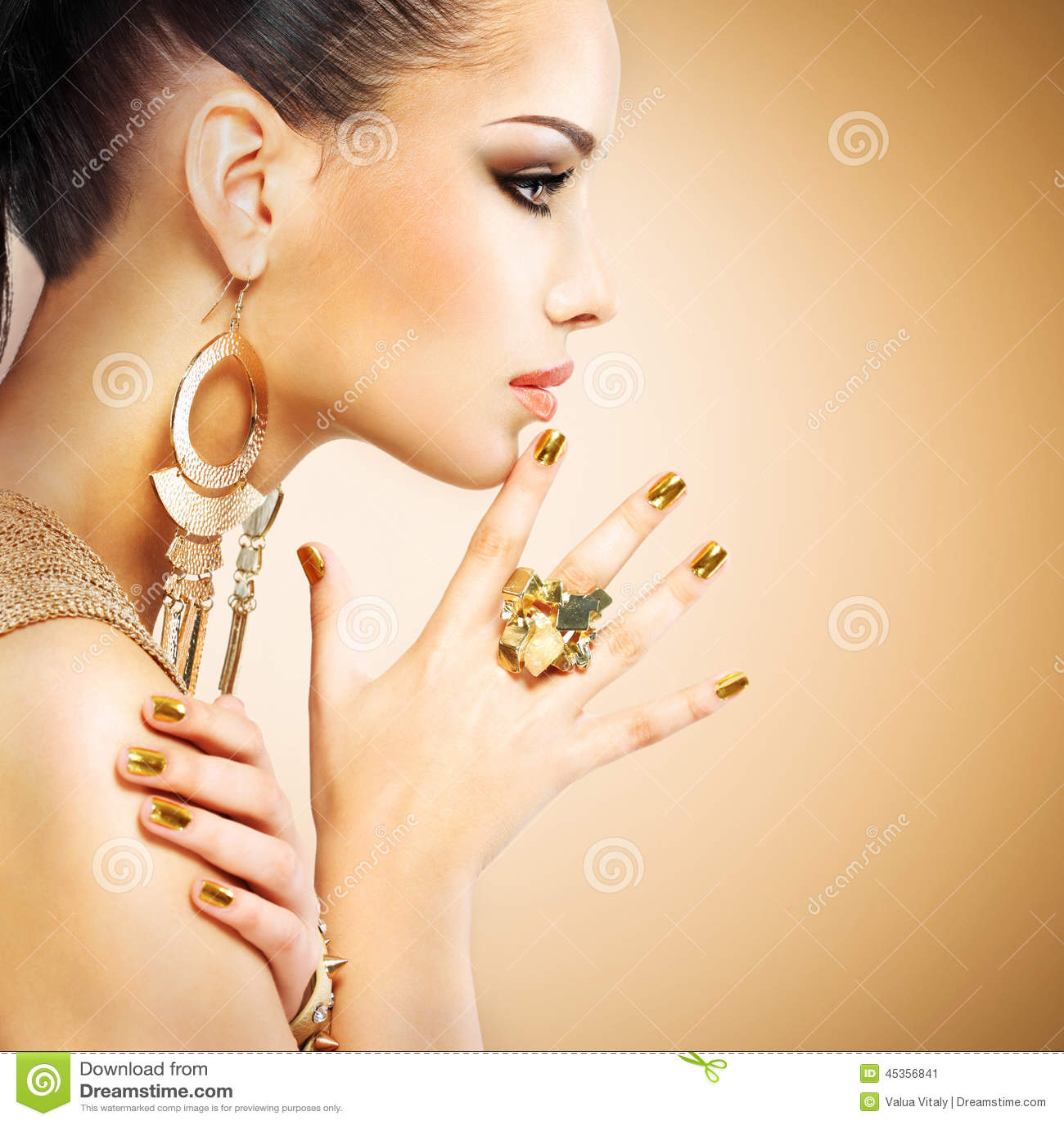 Πορτρέτο σχεδιαγράμματος της γυναίκας μόδας με το όμορφο χρυσό mani
