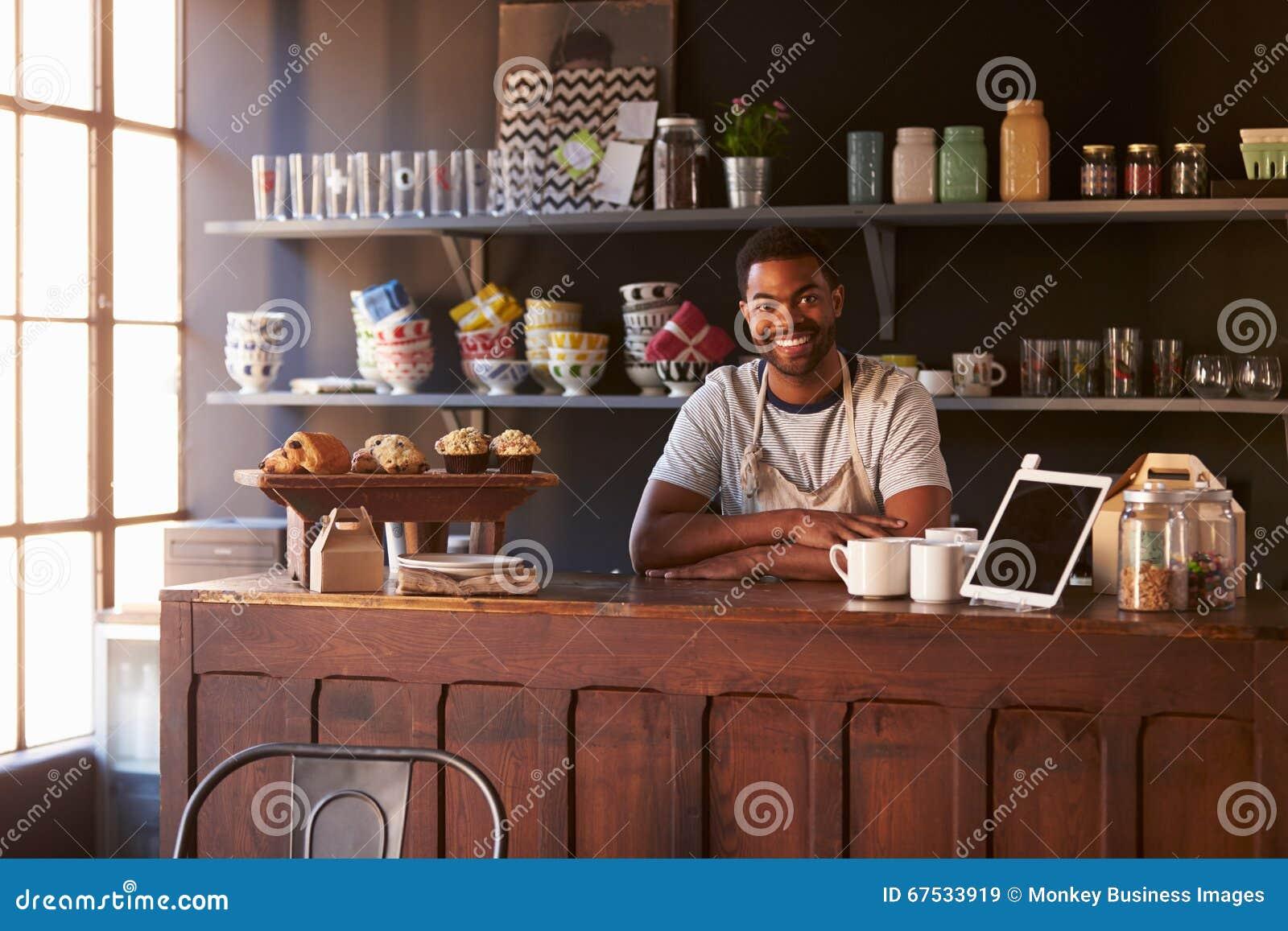 Πορτρέτο της αρσενικής στάσης ιδιοκτητών καφετεριών πίσω από το μετρητή