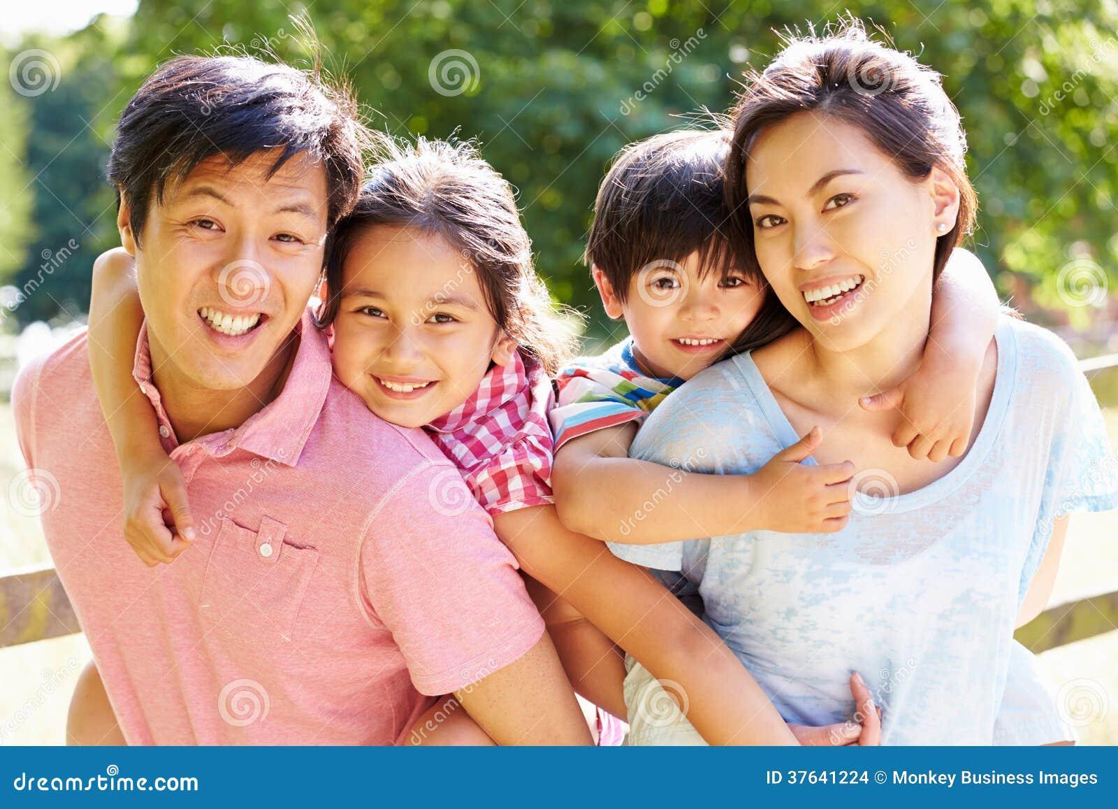 Πορτρέτο της ασιατικής οικογένειας που απολαμβάνει τον περίπατο στη θερινή επαρχία
