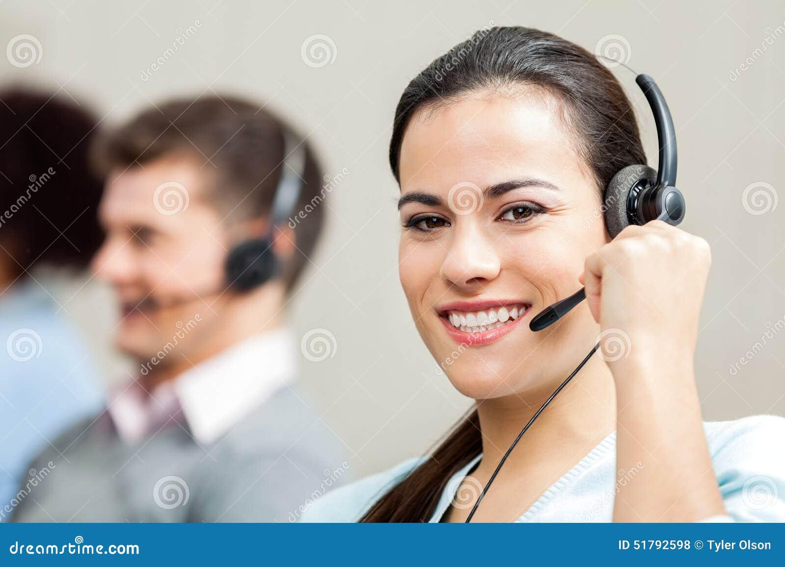 Πορτρέτο της βέβαιας θηλυκής εξυπηρέτησης πελατών
