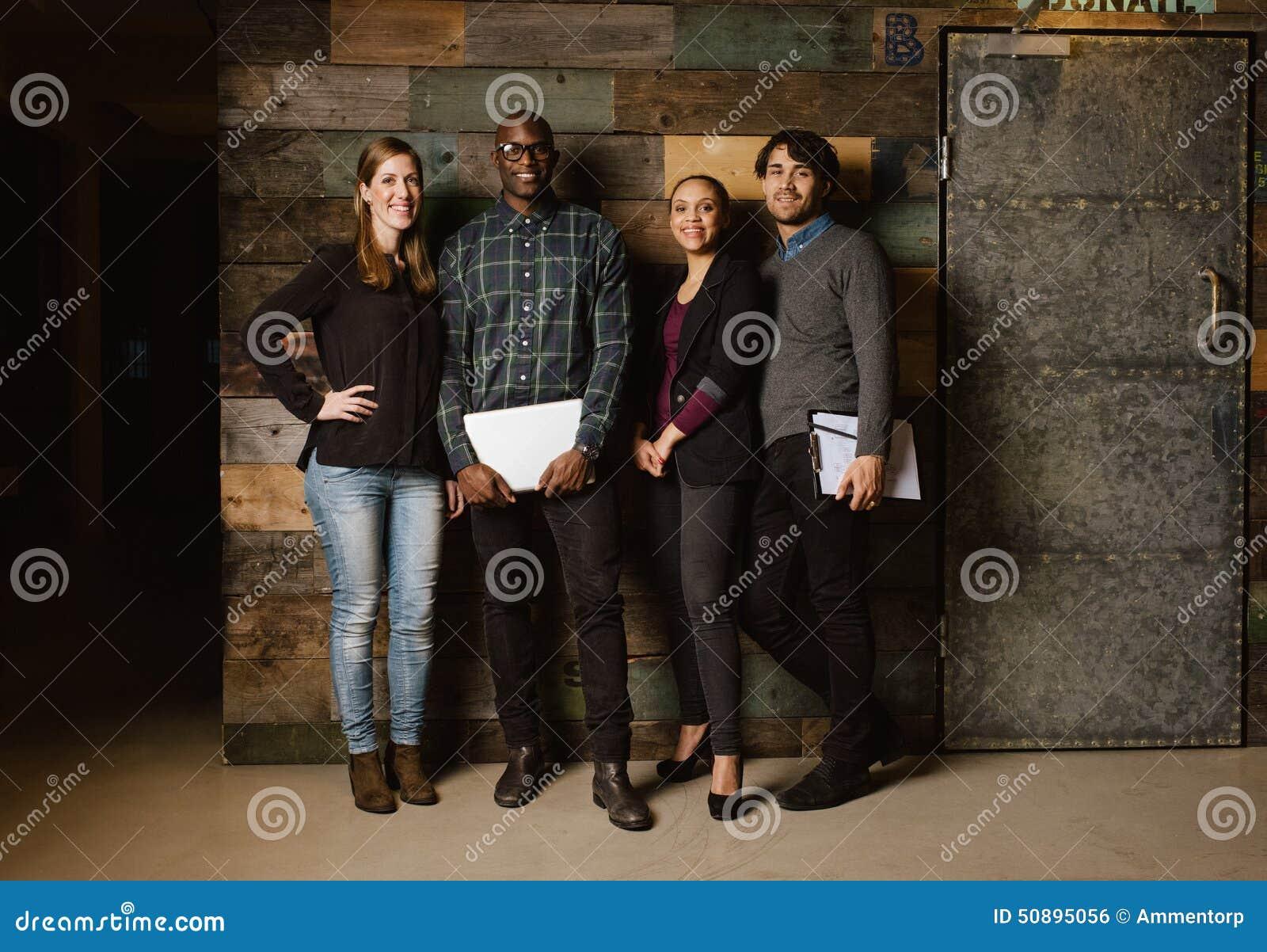 Πορτρέτο της επιτυχούς επιχειρησιακής ομάδας που στέκεται σε ένα γραφείο