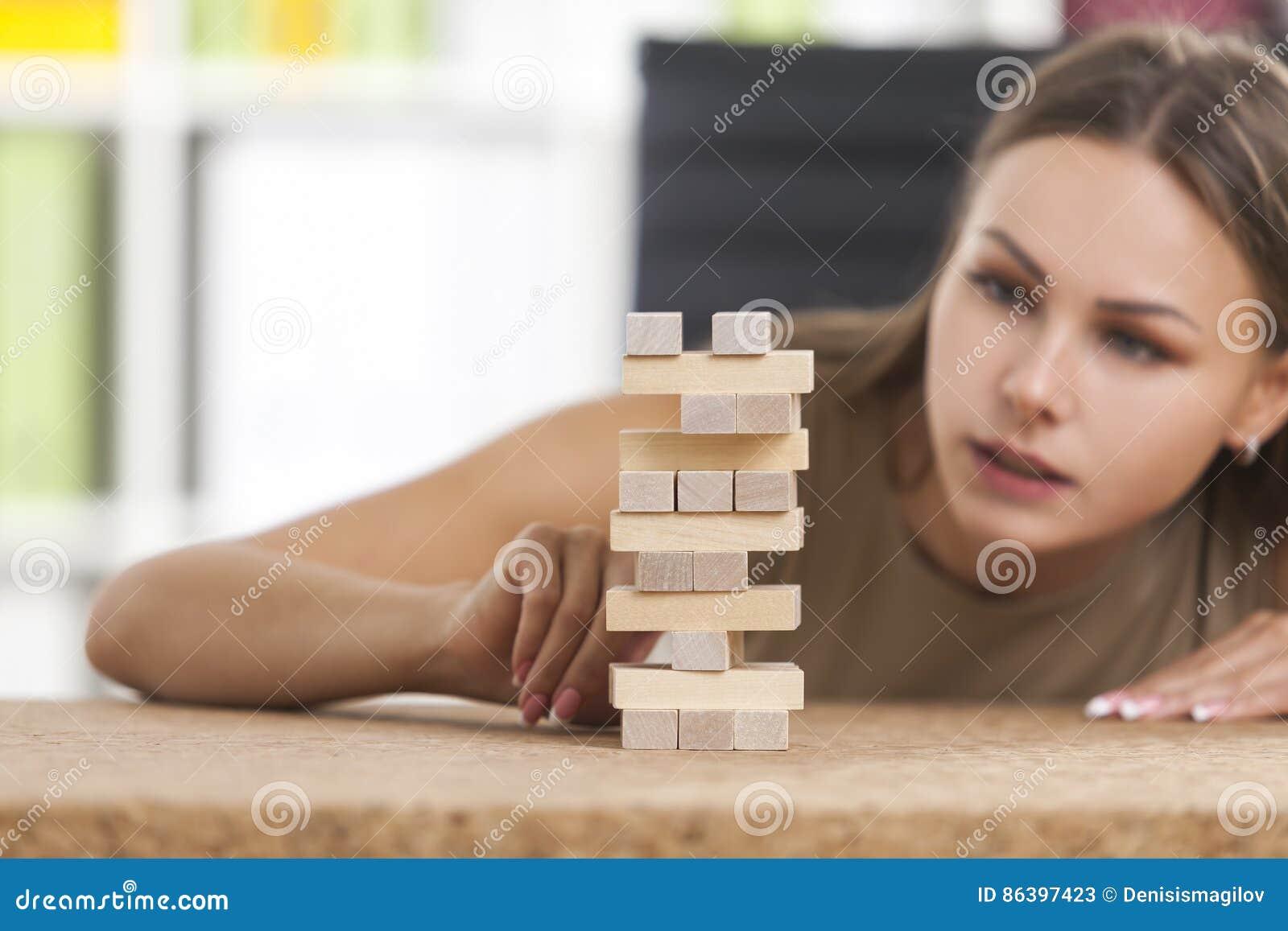Πορτρέτο της επιχειρηματία που χτίζει έναν πύργο