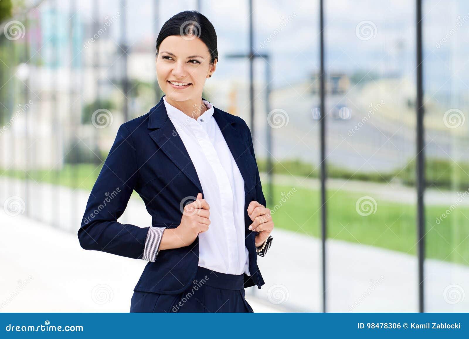 Πορτρέτο της επιχειρησιακής γυναίκας αυτοπεποίθησης