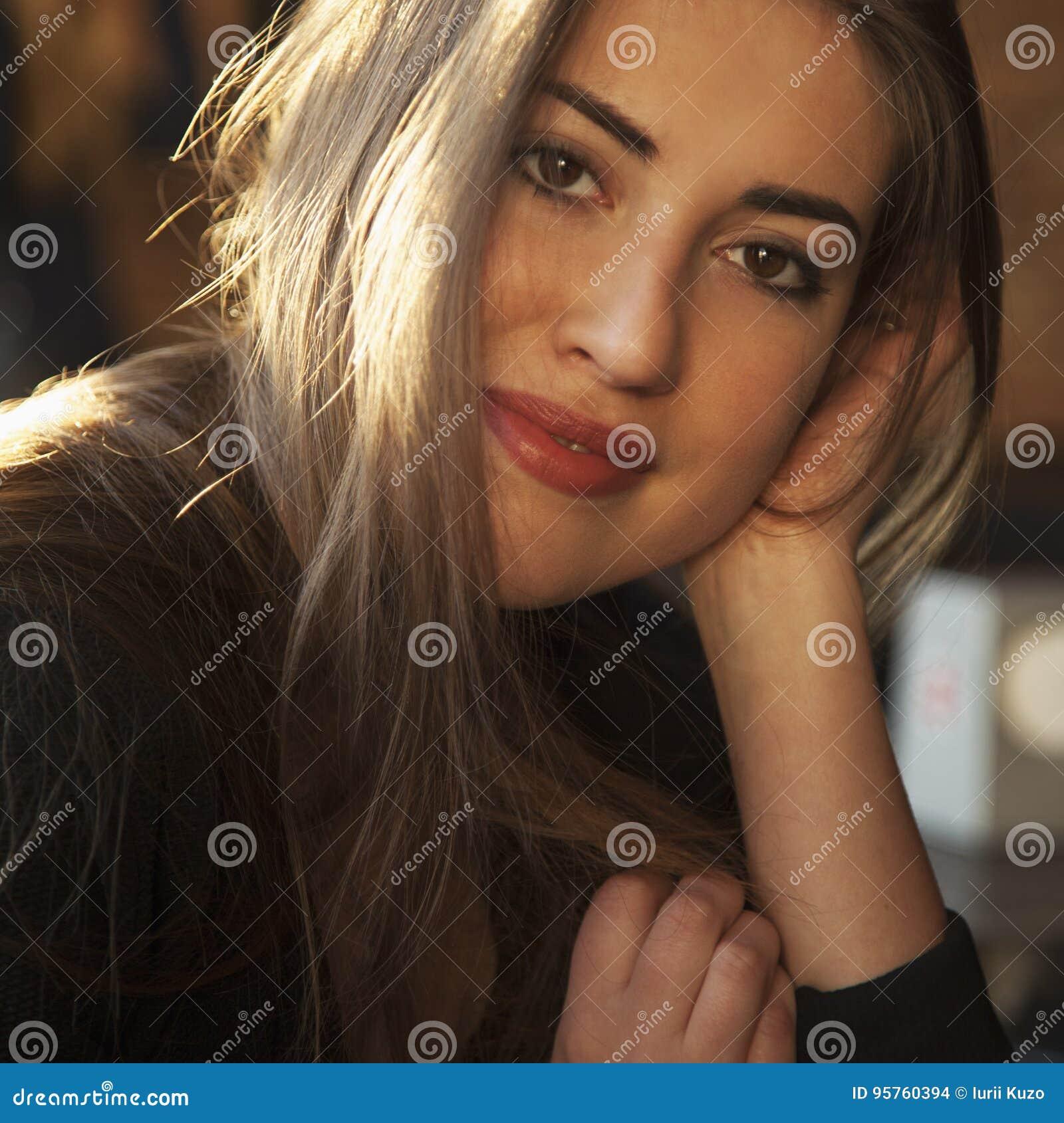 Πορτρέτο της ευτυχούς όμορφης γυναίκας