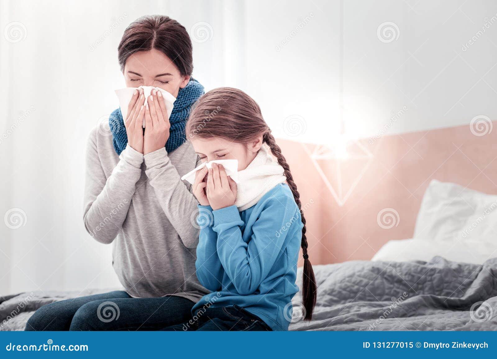 Πορτρέτο της μητέρας και της κόρης που φυσούν τις μύτες τους