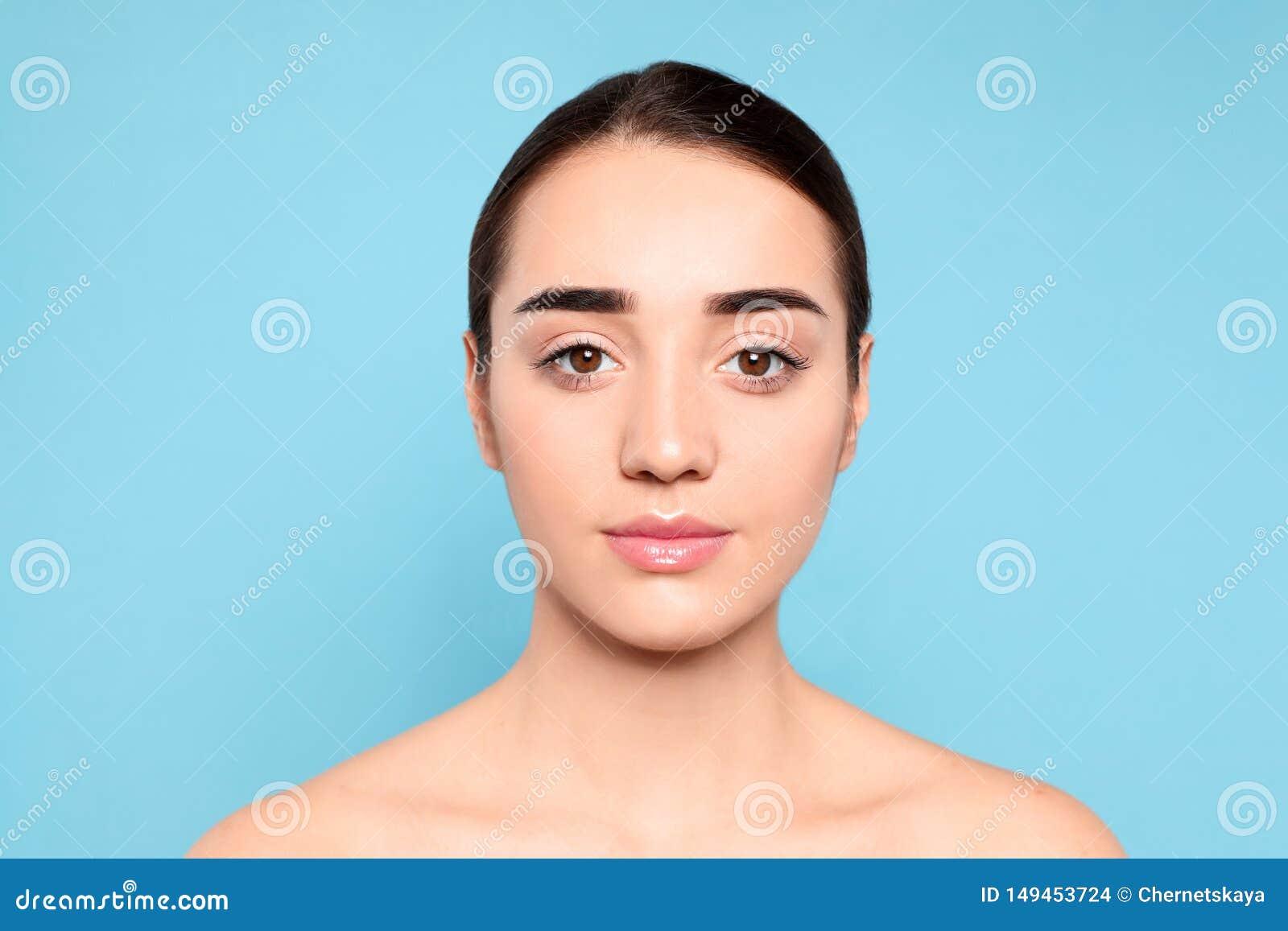 Πορτρέτο της νέας γυναίκας με το όμορφο πρόσωπο