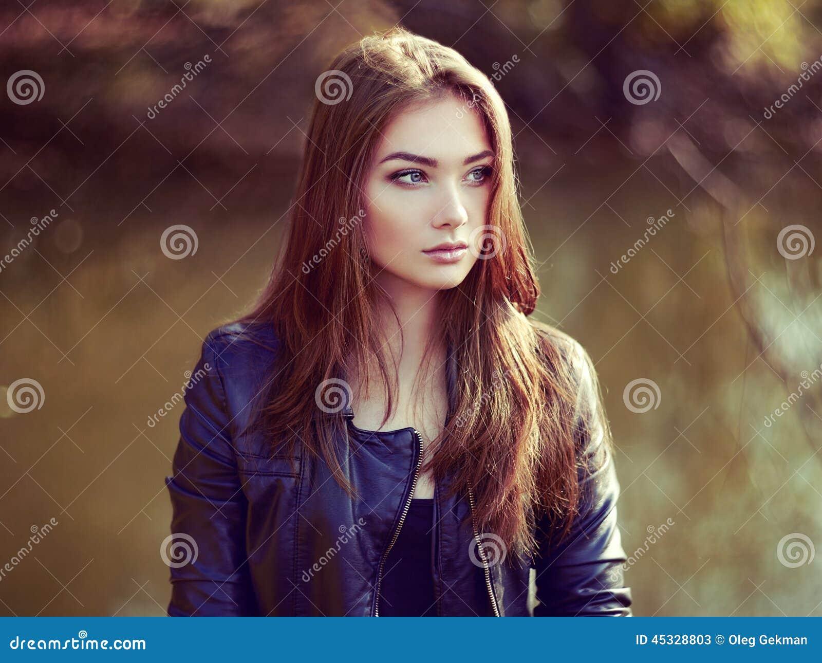 Πορτρέτο της νέας όμορφης γυναίκας στο σακάκι δέρματος