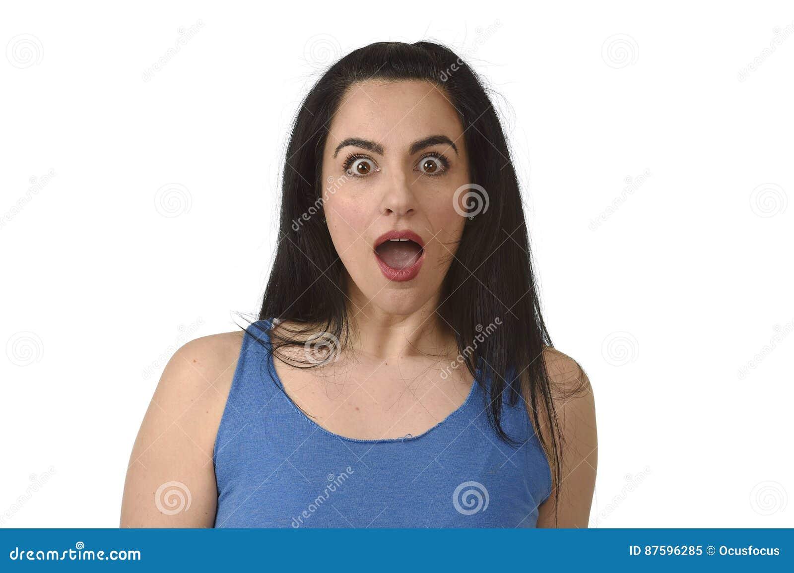 Πορτρέτο της νέας όμορφης ισπανικής γυναίκας που εκπλήσσεται στον κλονισμό και τη δυσπιστία