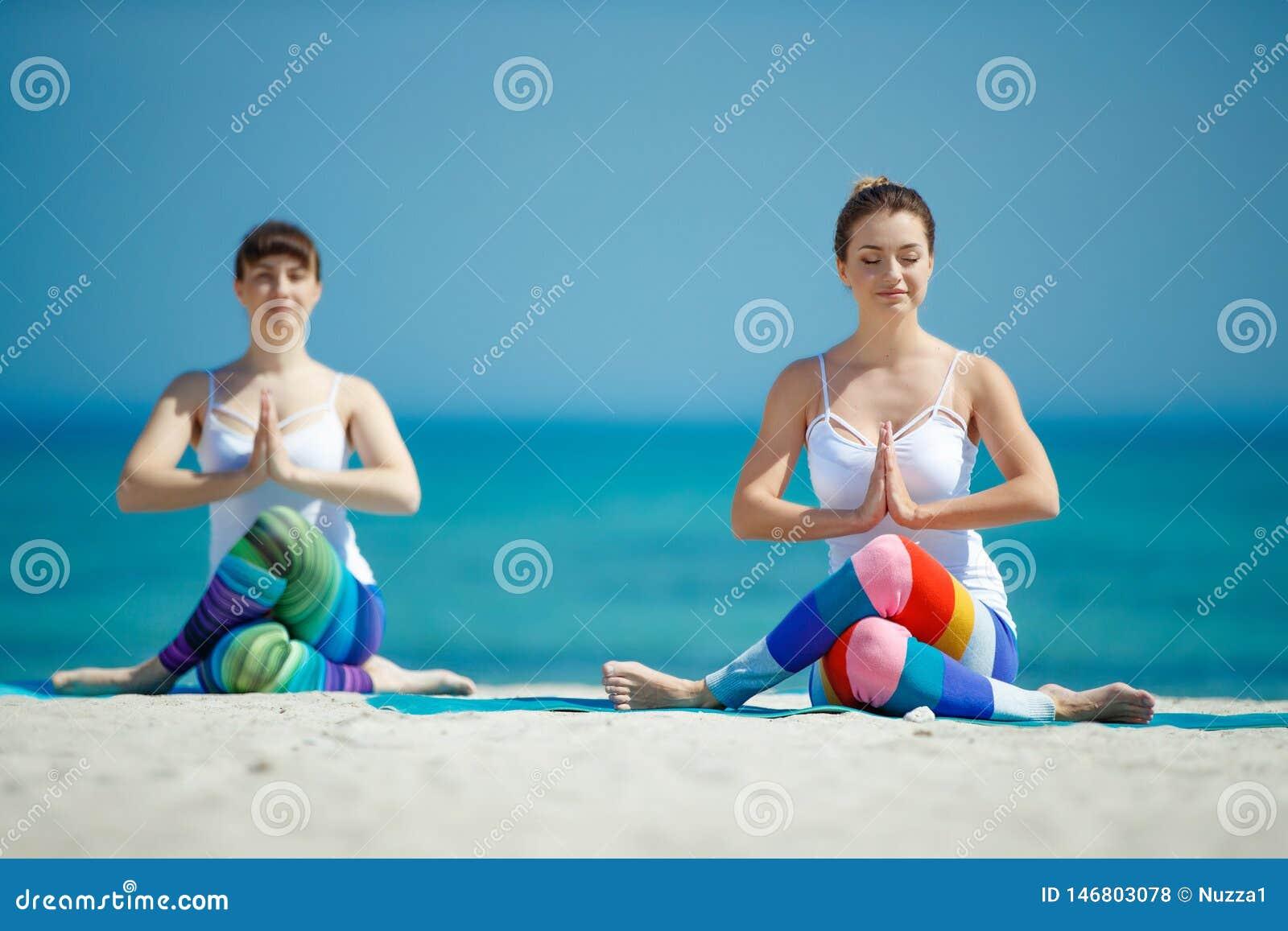 Πορτρέτο της πανέμορφης νέας γιόγκας άσκησης γυναικών εσωτερικής