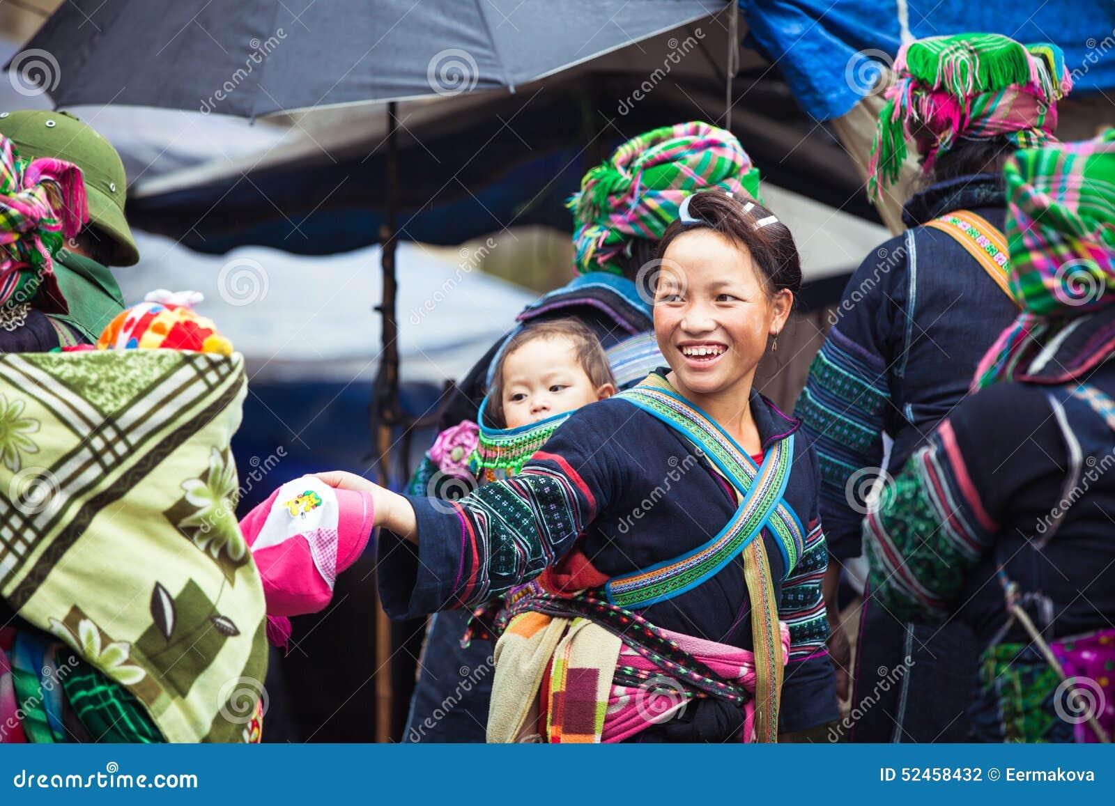 Πορτρέτο της φυλετικής γυναίκας Hmong με το μωρό στα εθνικά ενδύματα, Βιετνάμ