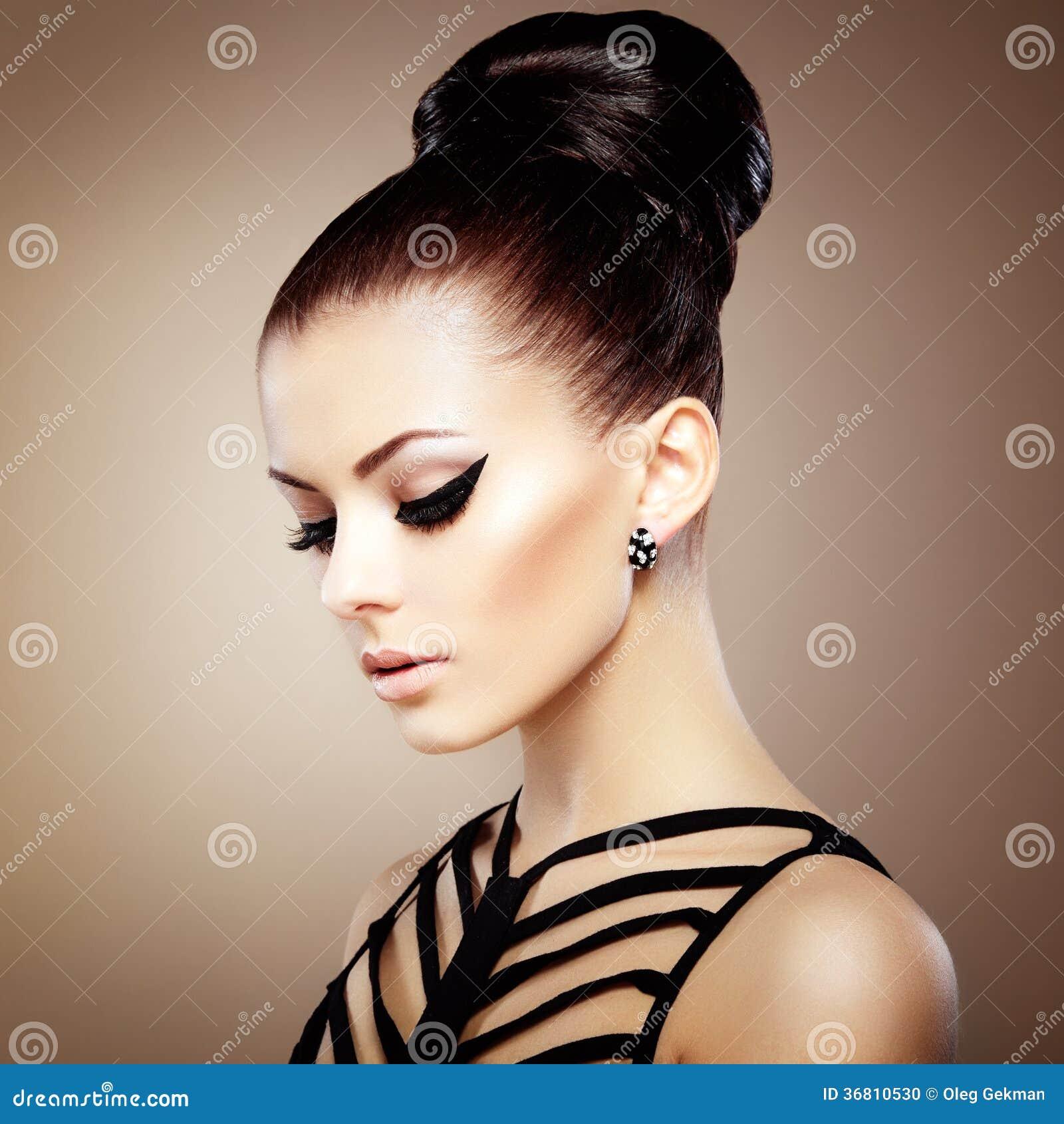 Πορτρέτο της όμορφης αισθησιακής γυναίκας με το κομψό hairstyle.  Ανά