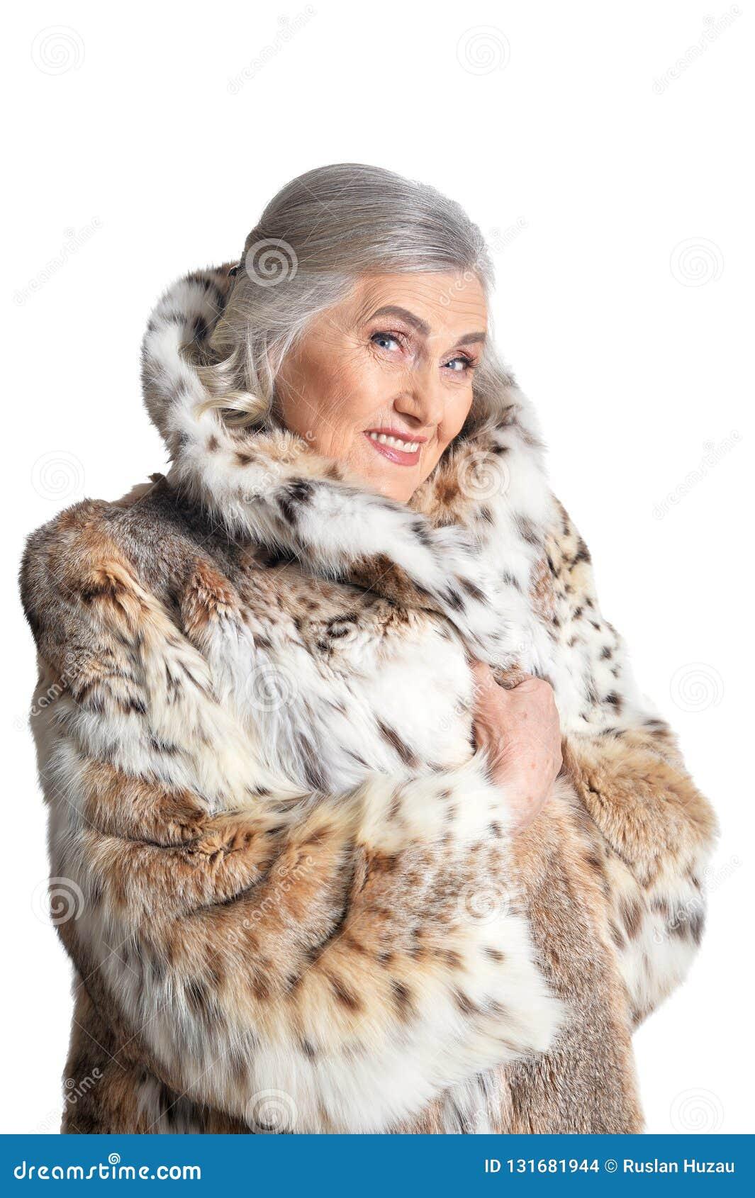 Πορτρέτο της όμορφης ανώτερης γυναίκας στο παλτό γουνών