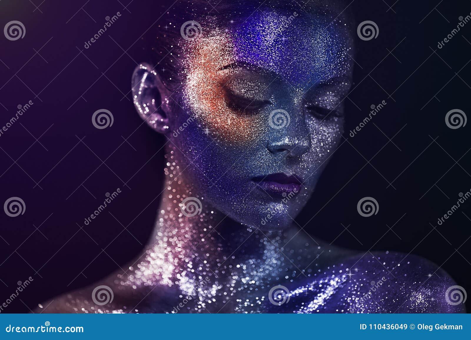 Πορτρέτο της όμορφης γυναίκας με τα σπινθηρίσματα στο πρόσωπό της