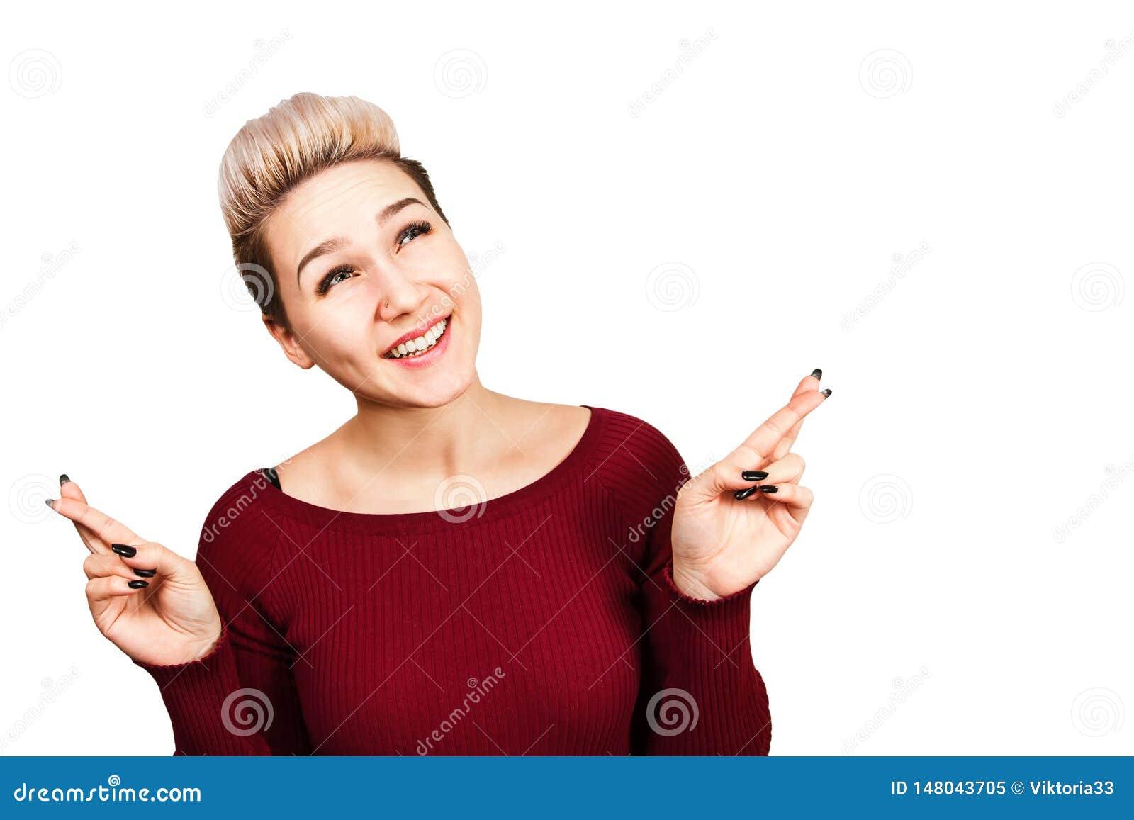 Πορτρέτο της όμορφης νέας γυναίκας με τα διαγώνια δάχτυλα o