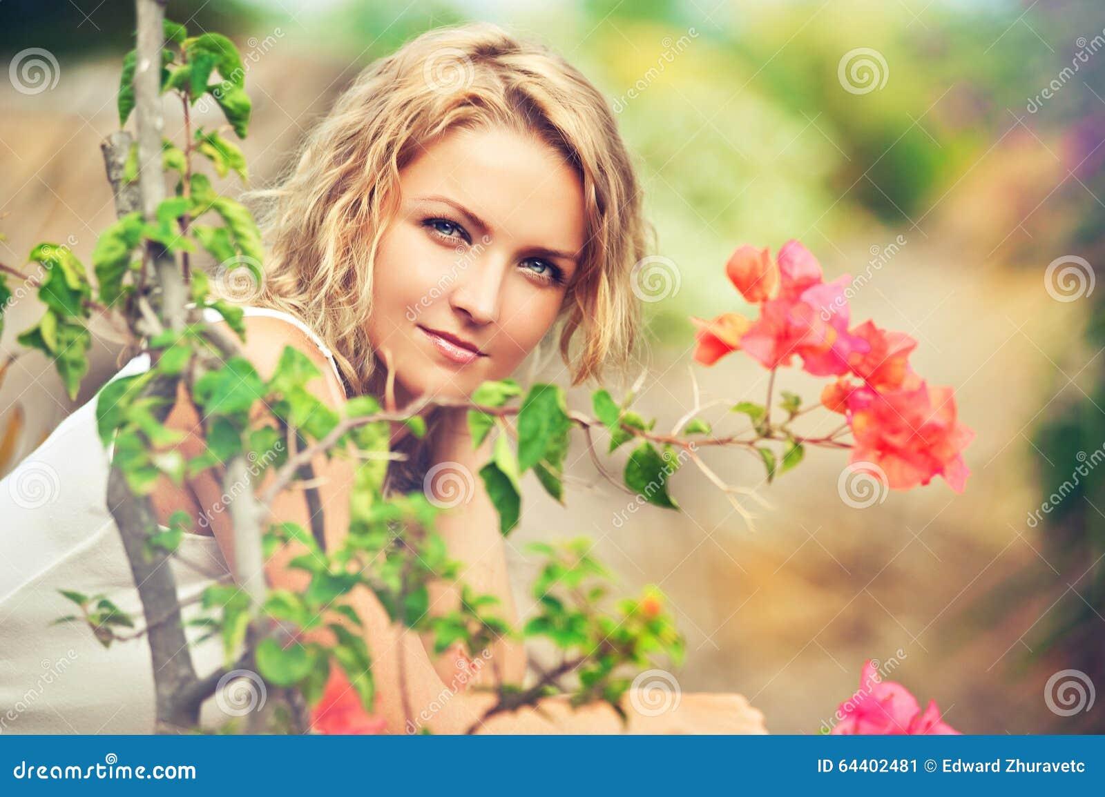 Πορτρέτο της όμορφης νέας γυναίκας στη φύση