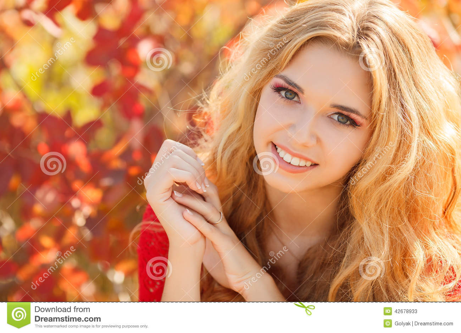 Πορτρέτο της όμορφης νέας γυναίκας στο πάρκο φθινοπώρου