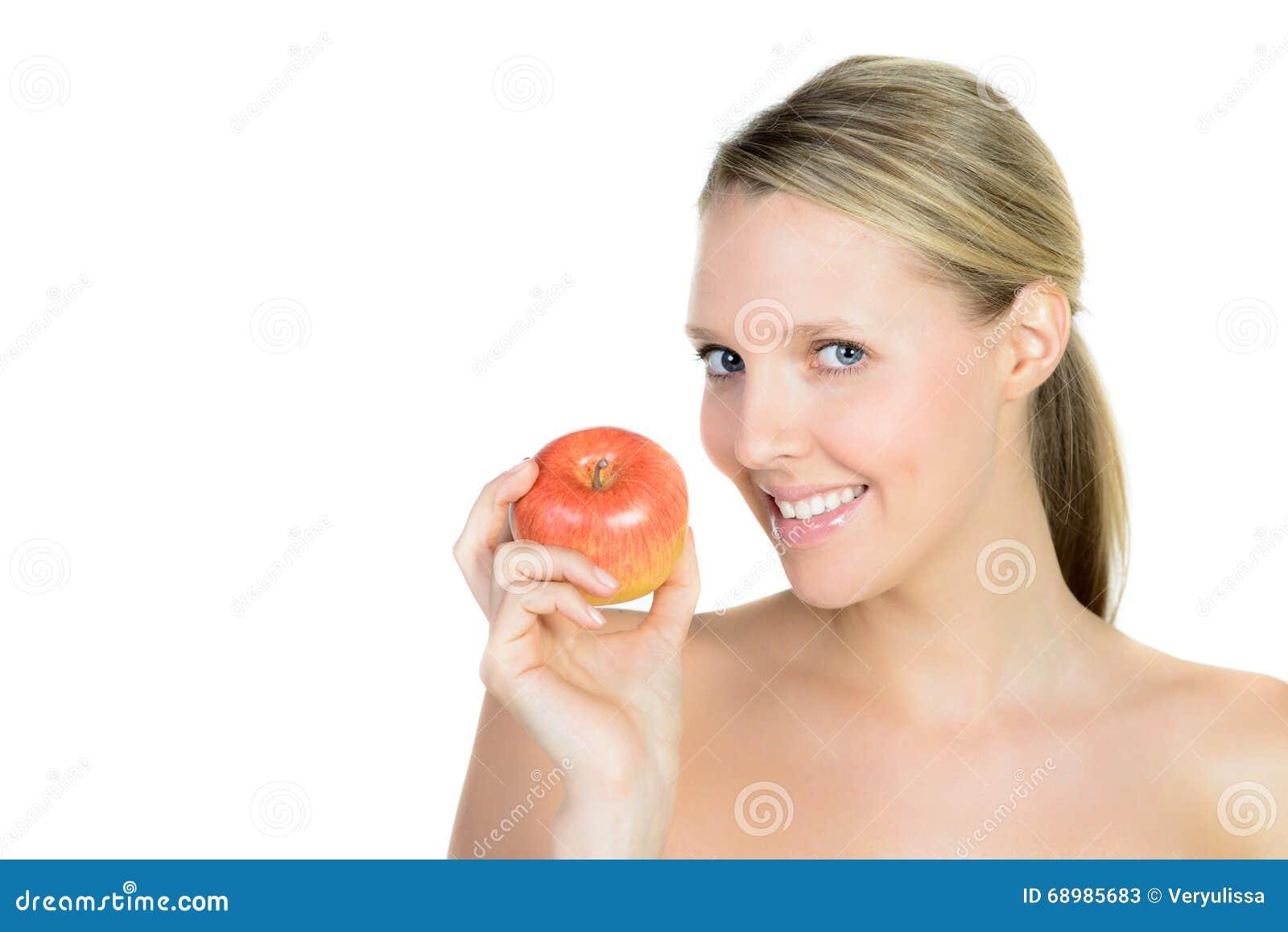 Πορτρέτο της όμορφης νέας ξανθής γυναίκας με το καθαρό πρόσωπο και appl