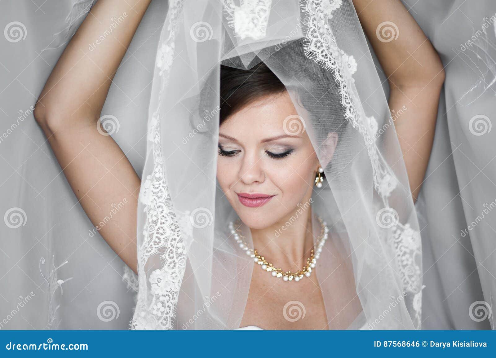 9a7de3d87eb Πορτρέτο της όμορφης νύφης με την τοποθέτηση πέπλων μόδας στο σπίτι ...