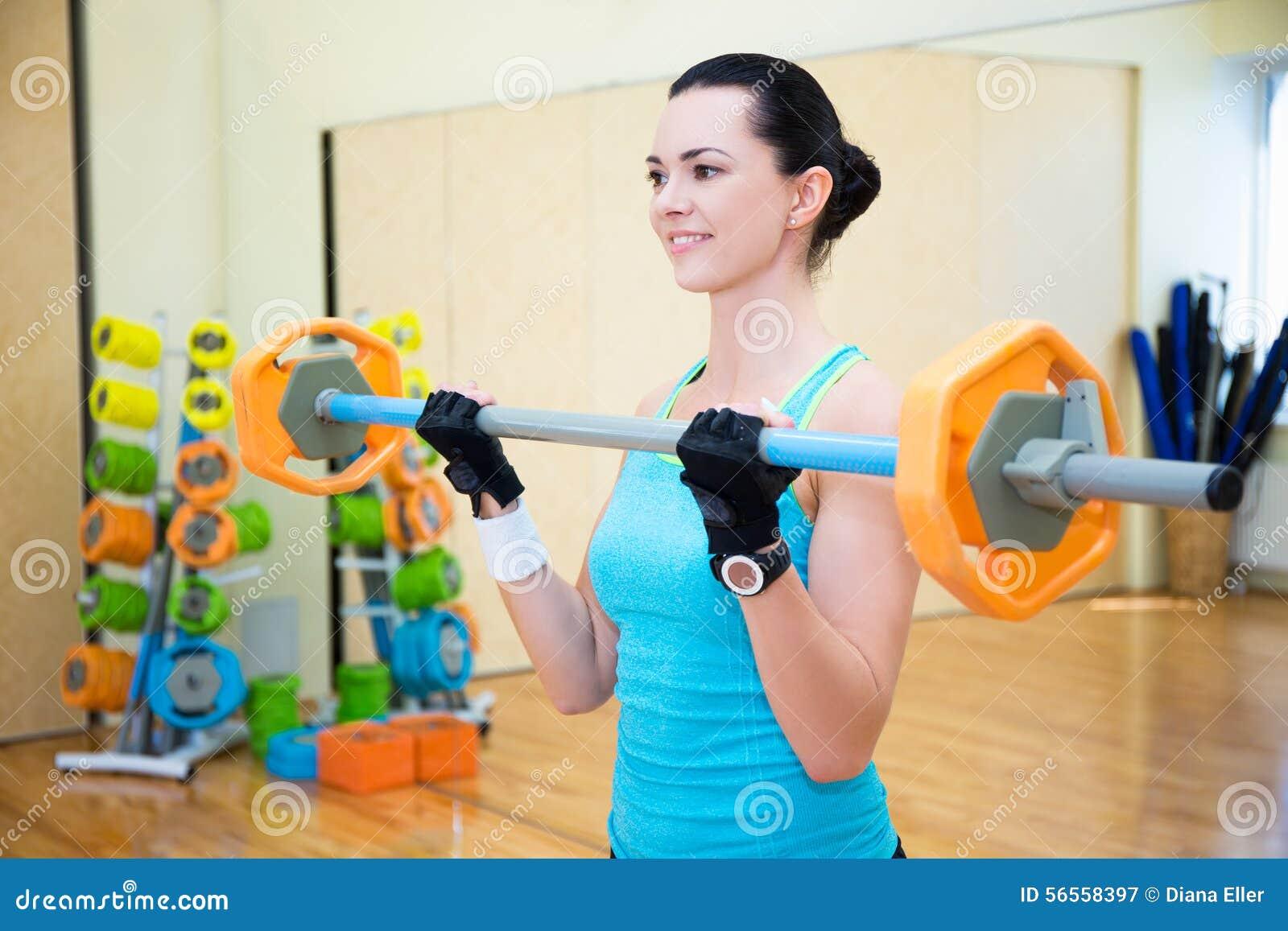 Download Πορτρέτο της όμορφης φίλαθλης άσκησης γυναικών με το Barbell στη GY Στοκ Εικόνα - εικόνα από lifestyle, άνθρωποι: 56558397