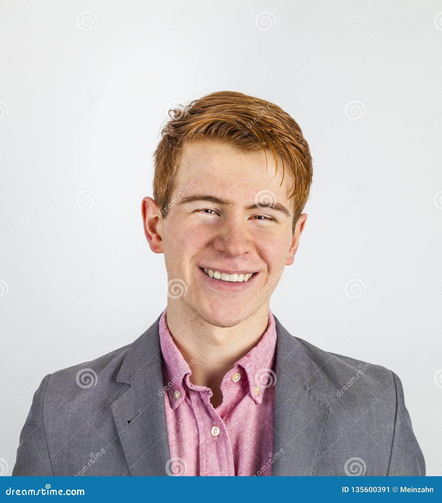Πορτρέτο του ελκυστικού γελώντας χαμογελώντας αγοριού στην εφηβεία