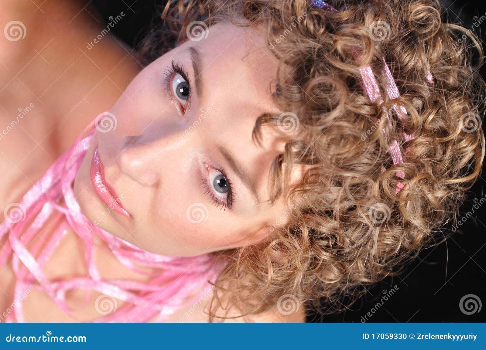Πορτρέτο του ελκυστικού κοριτσιού