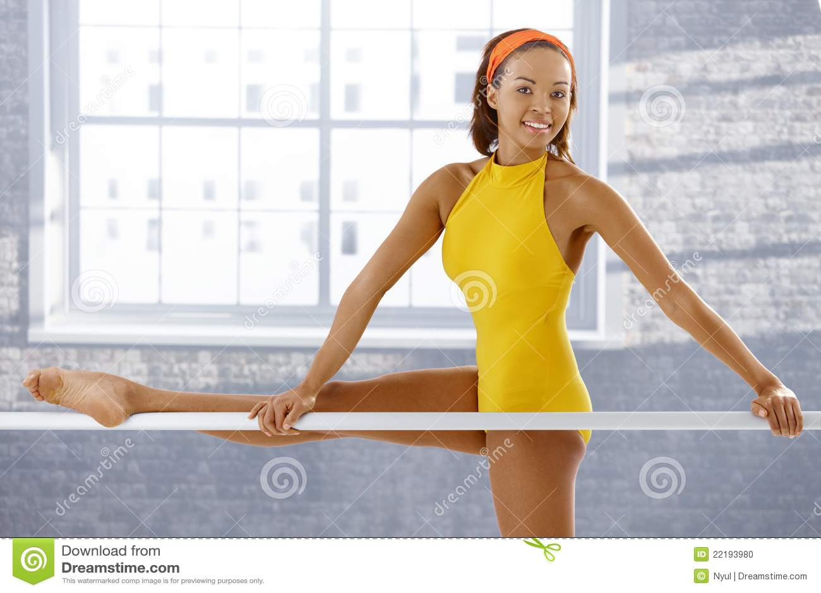Πορτρέτο του ελκυστικού ballerina afro