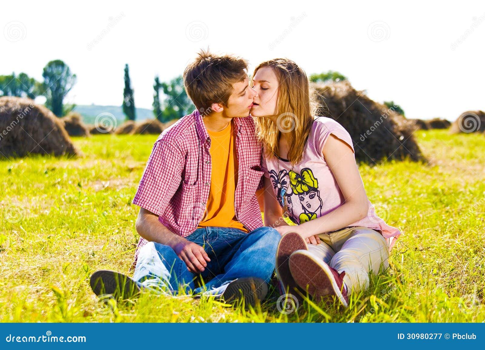 Πορτρέτο του εύθυμου νέου ζεύγους αγάπης που έχει τη διασκέδαση