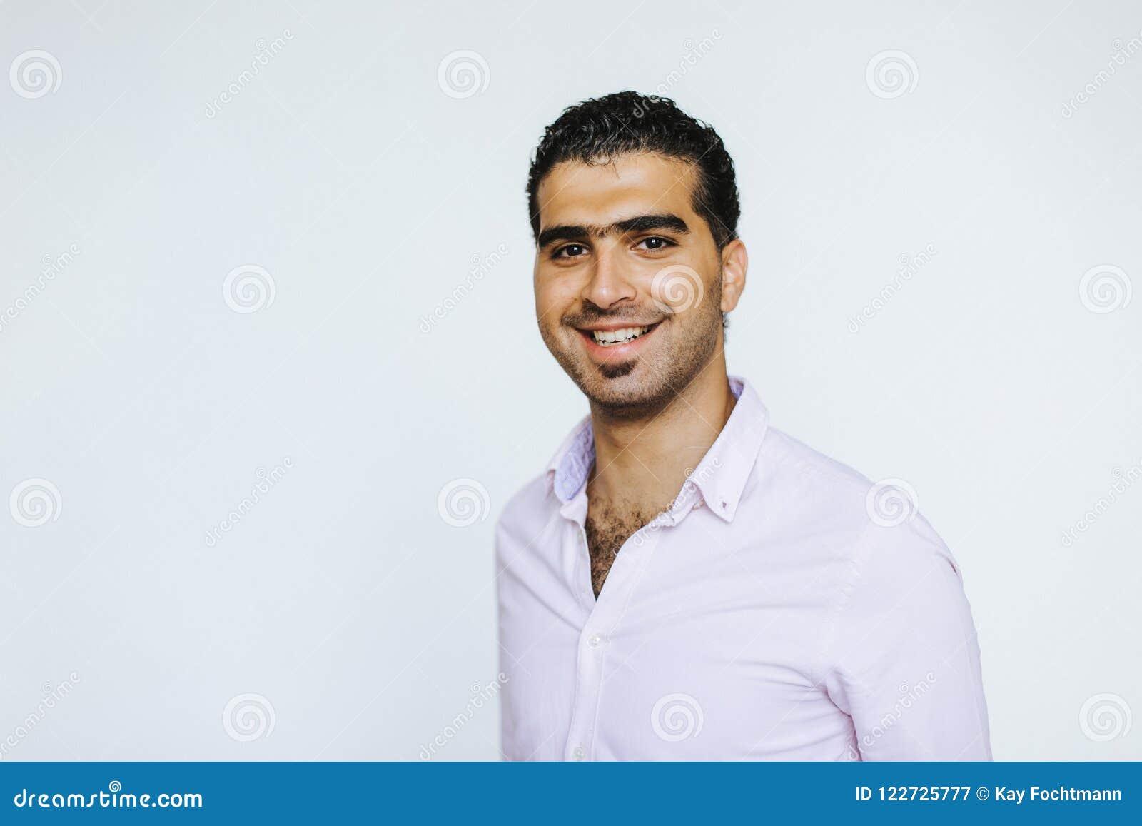 Πορτρέτο του εύθυμου συριακού ατόμου