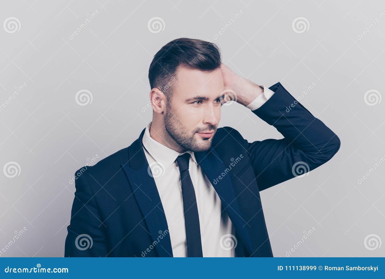 Πορτρέτο του κατά το ήμισυ γυρισμένου ζαλίζοντας ιδανικού προϊσταμένου σχετικά με την τρίχα του lo