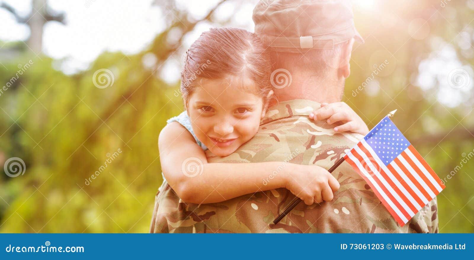 Πορτρέτο του κοριτσιού που αγκαλιάζει τον πατέρα ανώτερων υπαλλήλων στρατού