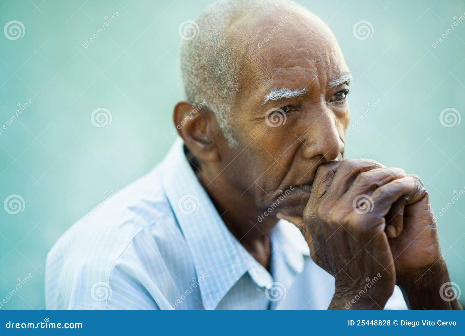 Πορτρέτο του λυπημένου φαλακρού ανώτερου ατόμου