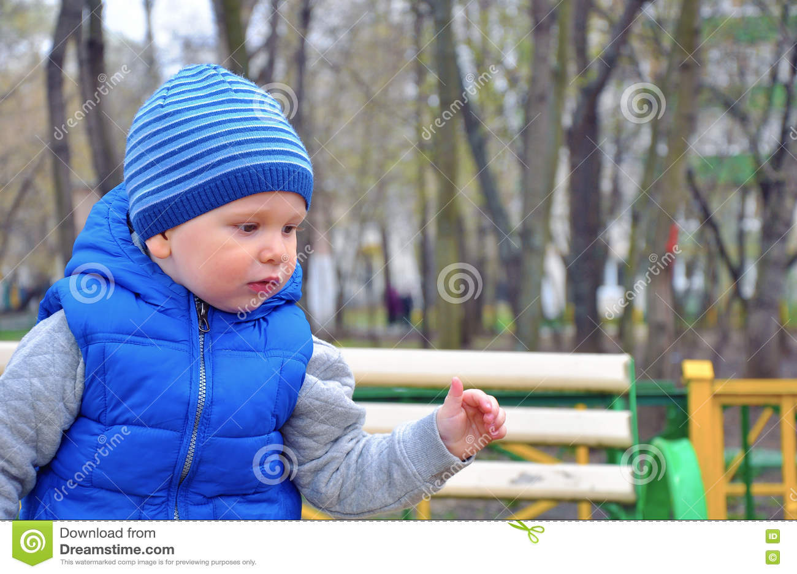 Πορτρέτο του μικρού συμπαθητικού αγοριού σε μια ΚΑΠ την πρώιμη άνοιξη