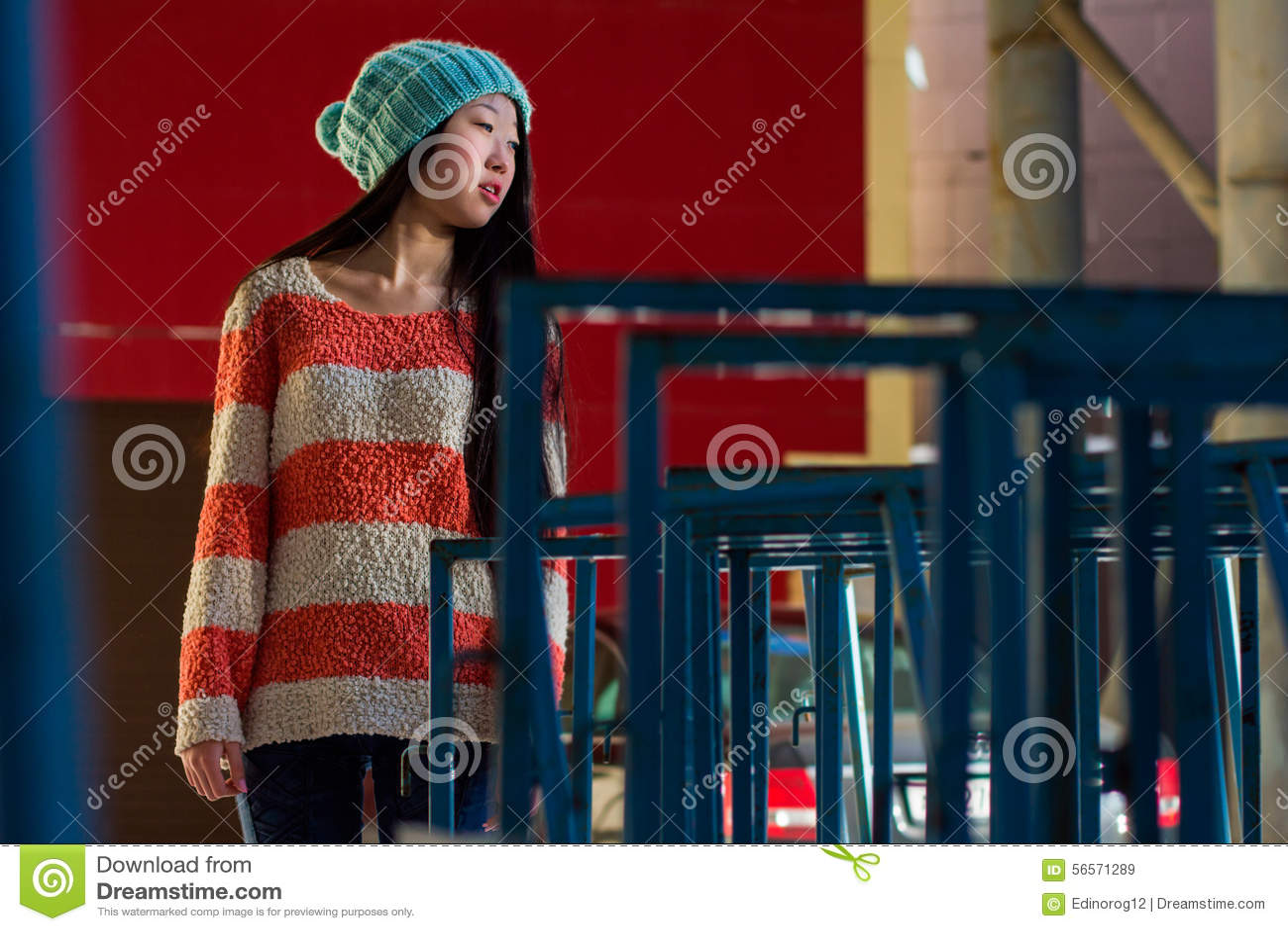 Download Πορτρέτο του μοντέρνου ασιατικού κοριτσιού στην οδό Στοκ Εικόνα - εικόνα από τρίχωμα, λυπημένος: 56571289