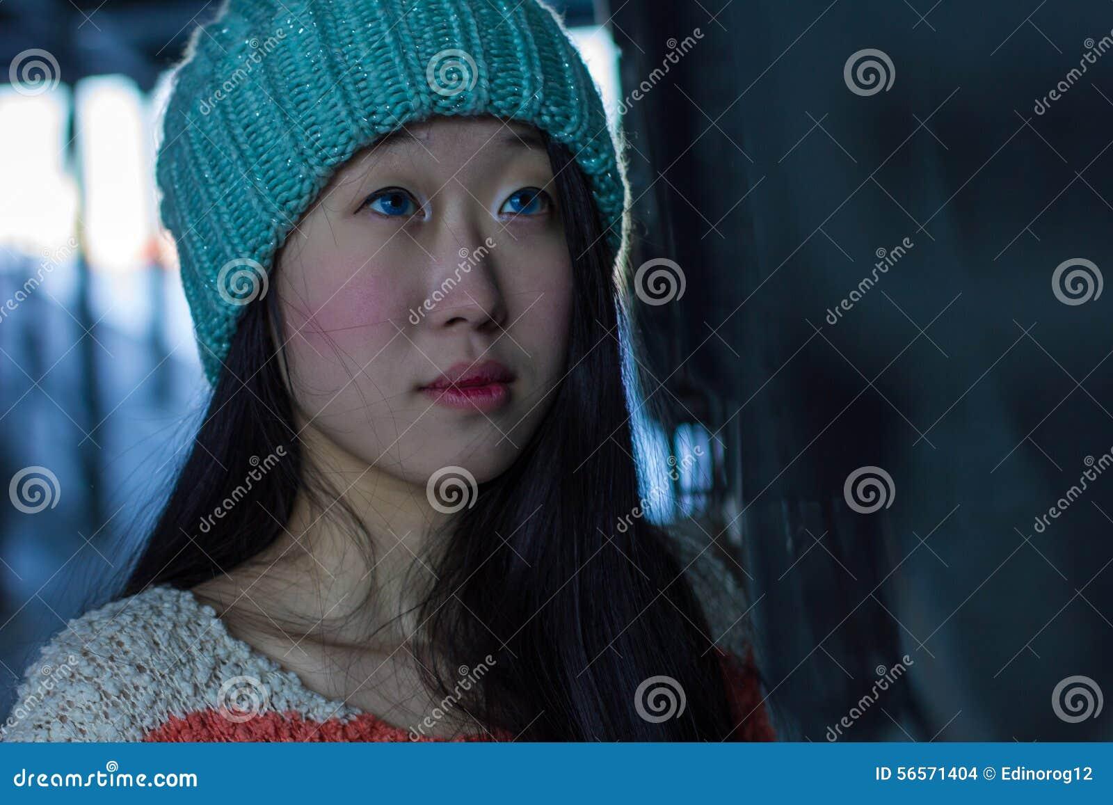Download Πορτρέτο του μοντέρνου ασιατικού κοριτσιού στην οδό Στοκ Εικόνες - εικόνα από κινεζικά, κοιτάξτε: 56571404