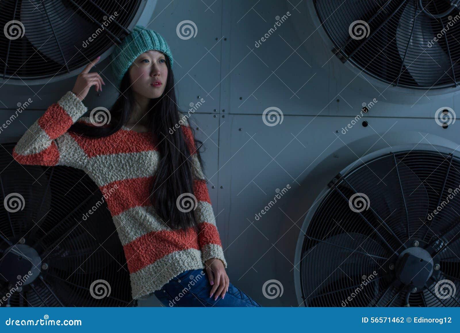 Download Πορτρέτο του μοντέρνου ασιατικού κοριτσιού στην οδό Στοκ Εικόνες - εικόνα από έκφραση, σύγχρονος: 56571462