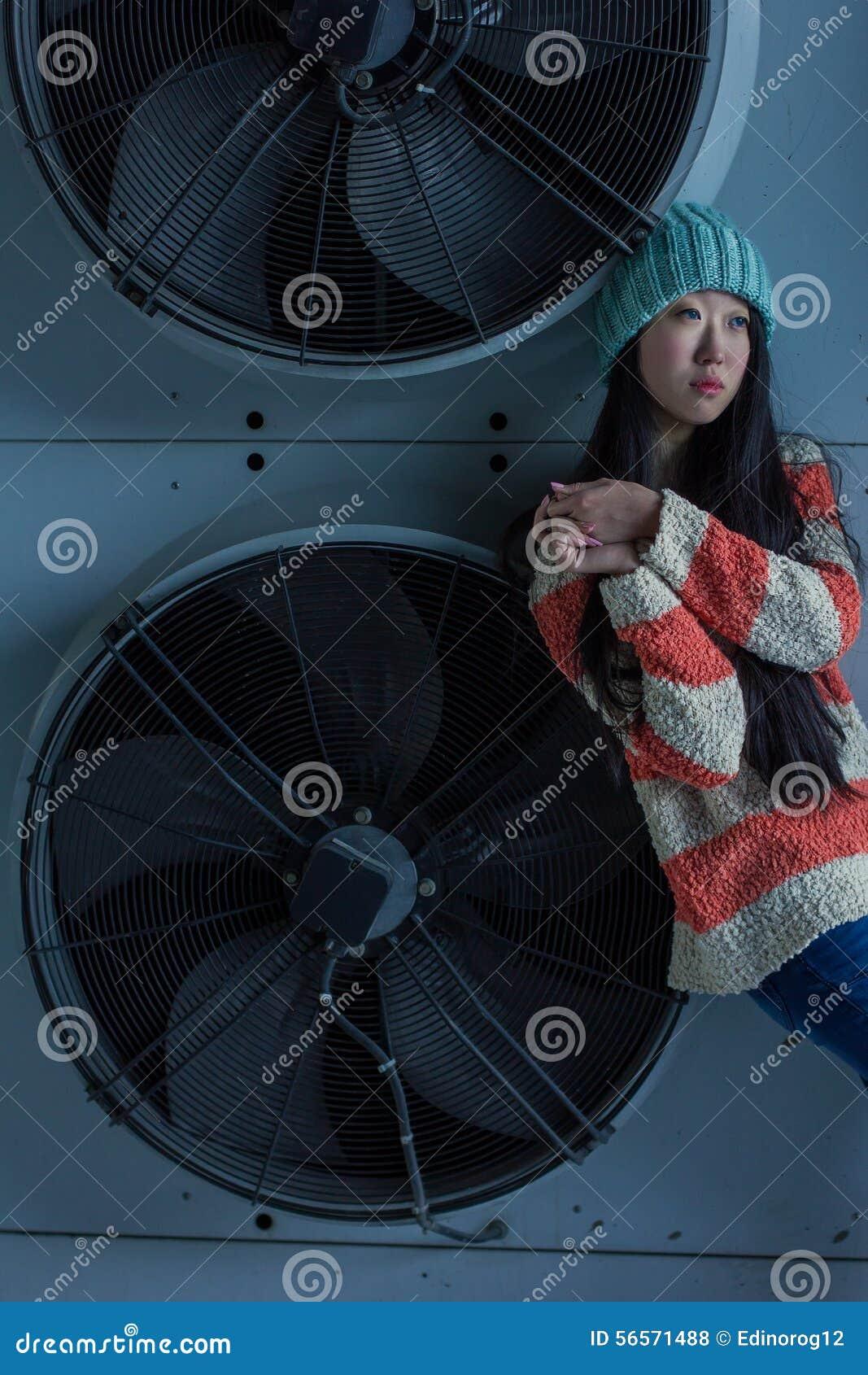 Download Πορτρέτο του μοντέρνου ασιατικού κοριτσιού στην οδό Στοκ Εικόνες - εικόνα από lifestyle, μοναξιά: 56571488