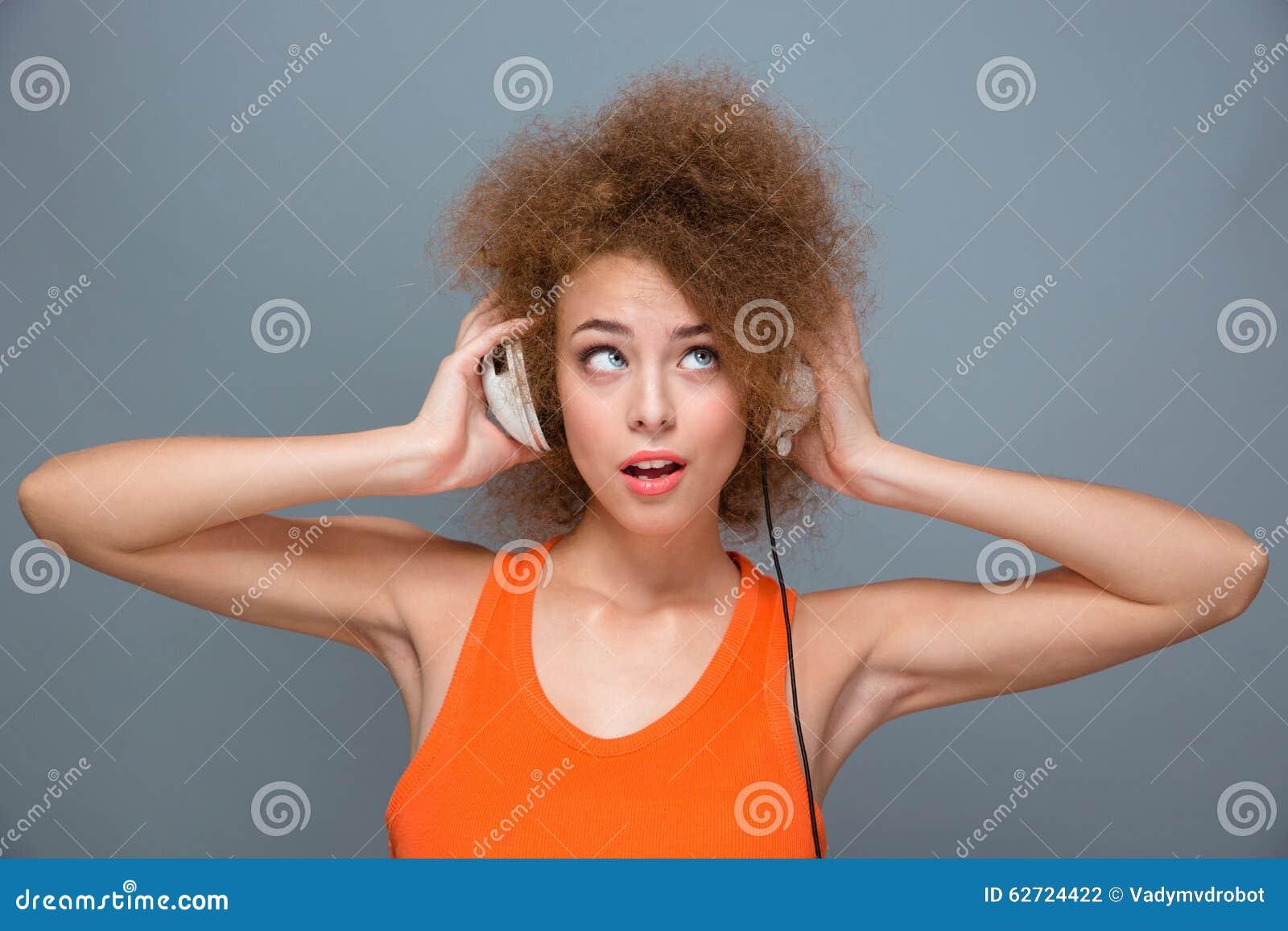 Πορτρέτο του νέου ακούσματος γυναικών τη μουσική με τα ακουστικά