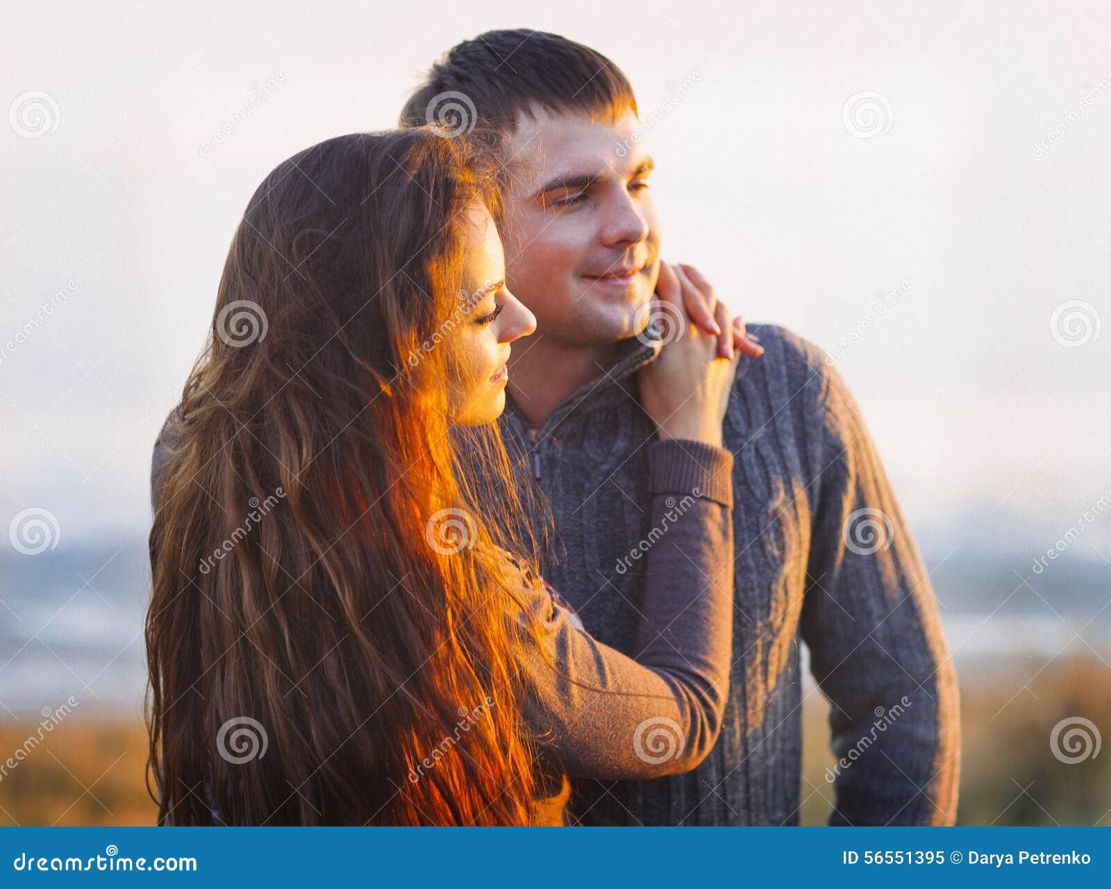 Download Πορτρέτο του νέου ευτυχούς ζεύγους που γελά σε μια κρύα ημέρα από το Aut Στοκ Εικόνα - εικόνα από γέλιο, φθινοπώρου: 56551395