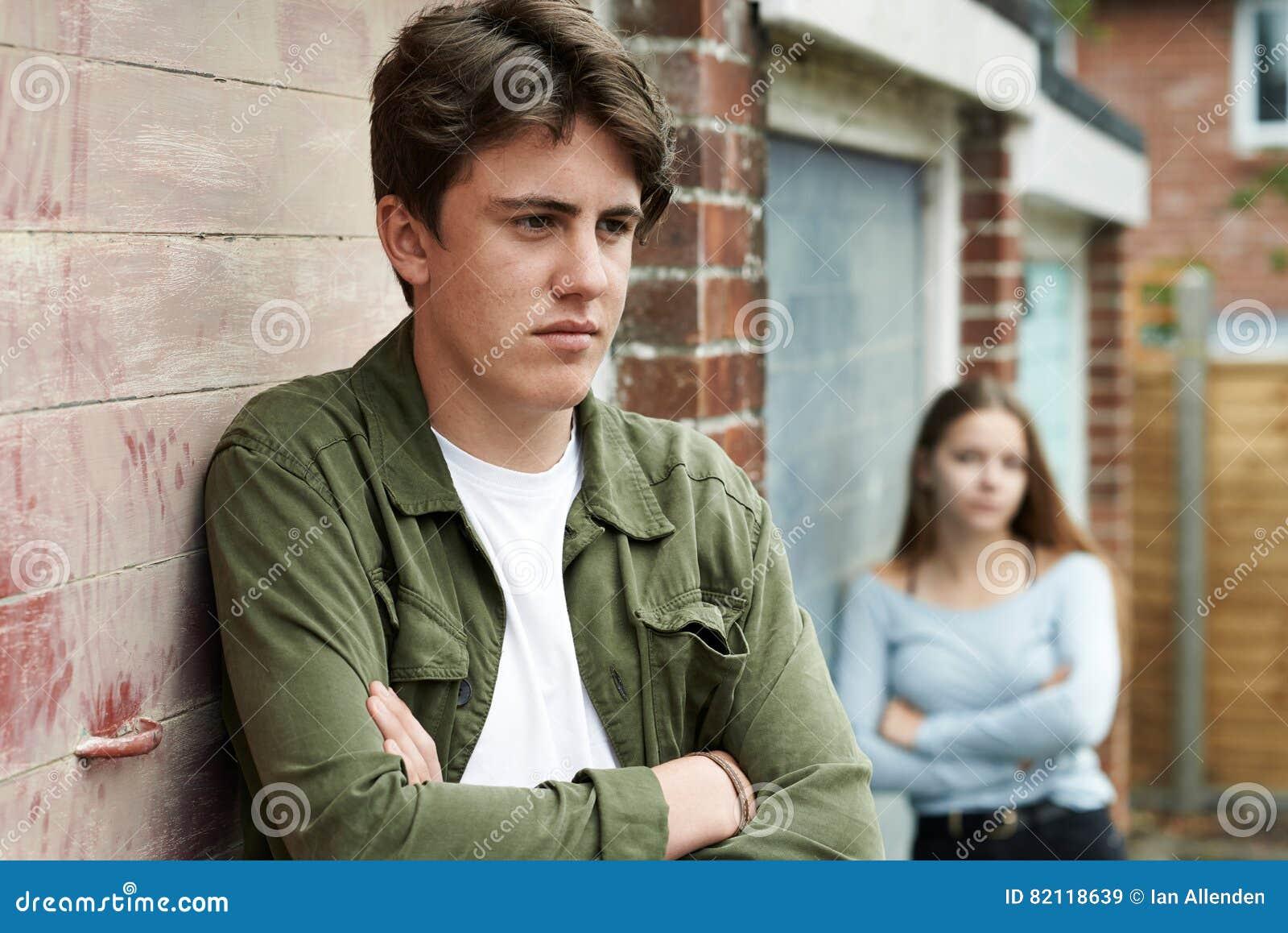 Πορτρέτο του δυστυχισμένου εφηβικού ζεύγους στην αστική ρύθμιση