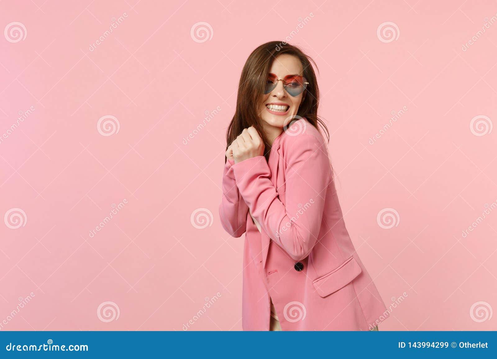 Πορτρέτο του χαμόγελου της αρκετά όμορφης νέας γυναίκας στα γυαλιά καρδιών που στέκονται, που φαίνεται κατά μέρος απομονωμένο στο