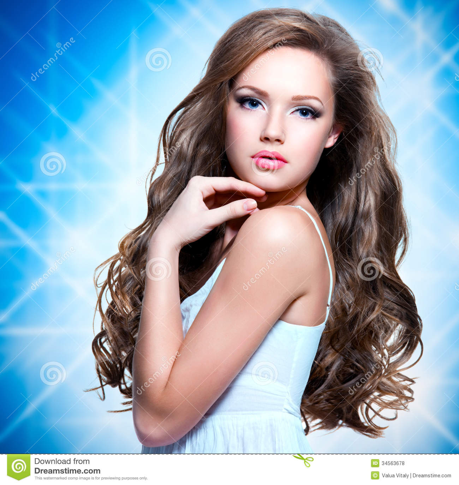 Πορτρέτο του όμορφου κοριτσιού με τις μακριές σγουρές τρίχες