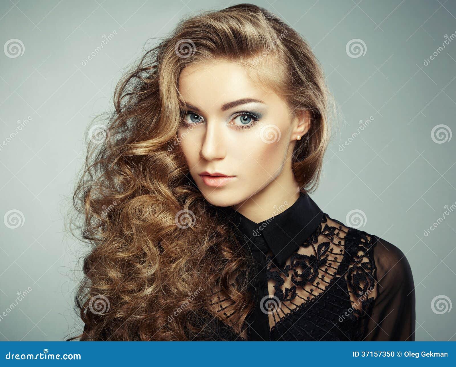 Πορτρέτο του όμορφου νέου ξανθού κοριτσιού στο μαύρο φόρεμα. Μόδα