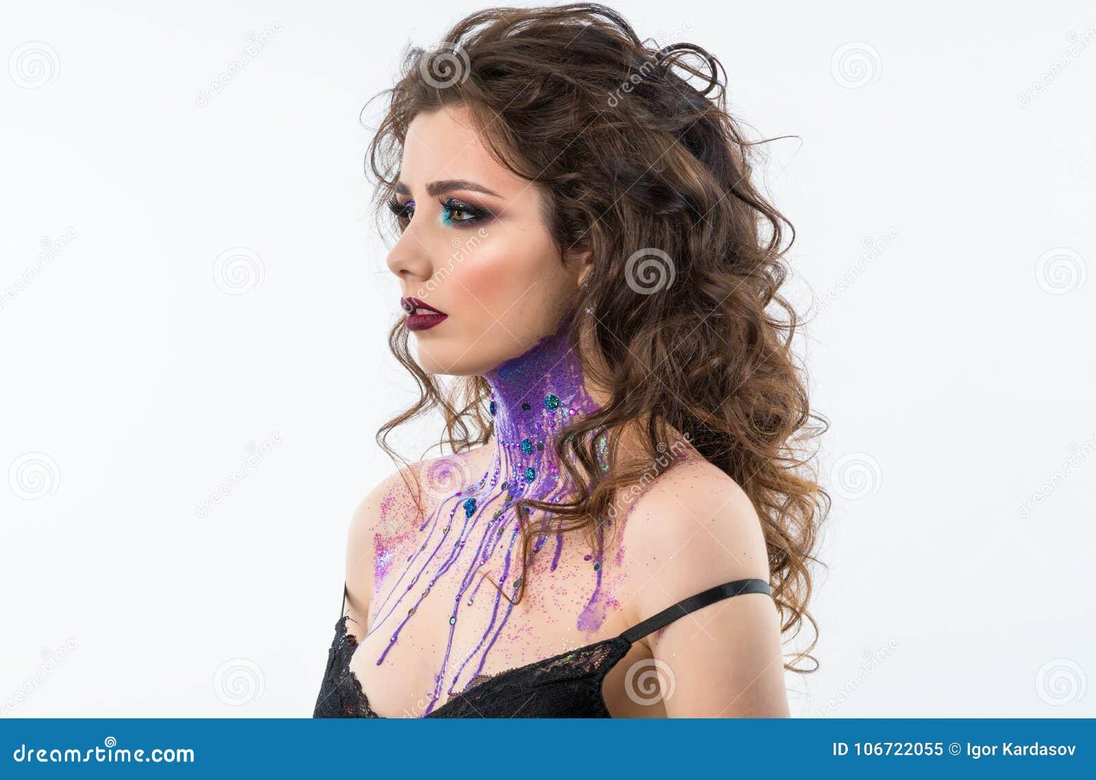 Πορτρέτο του όμορφου προτύπου γυναικών με το επαγγελματικό makeup