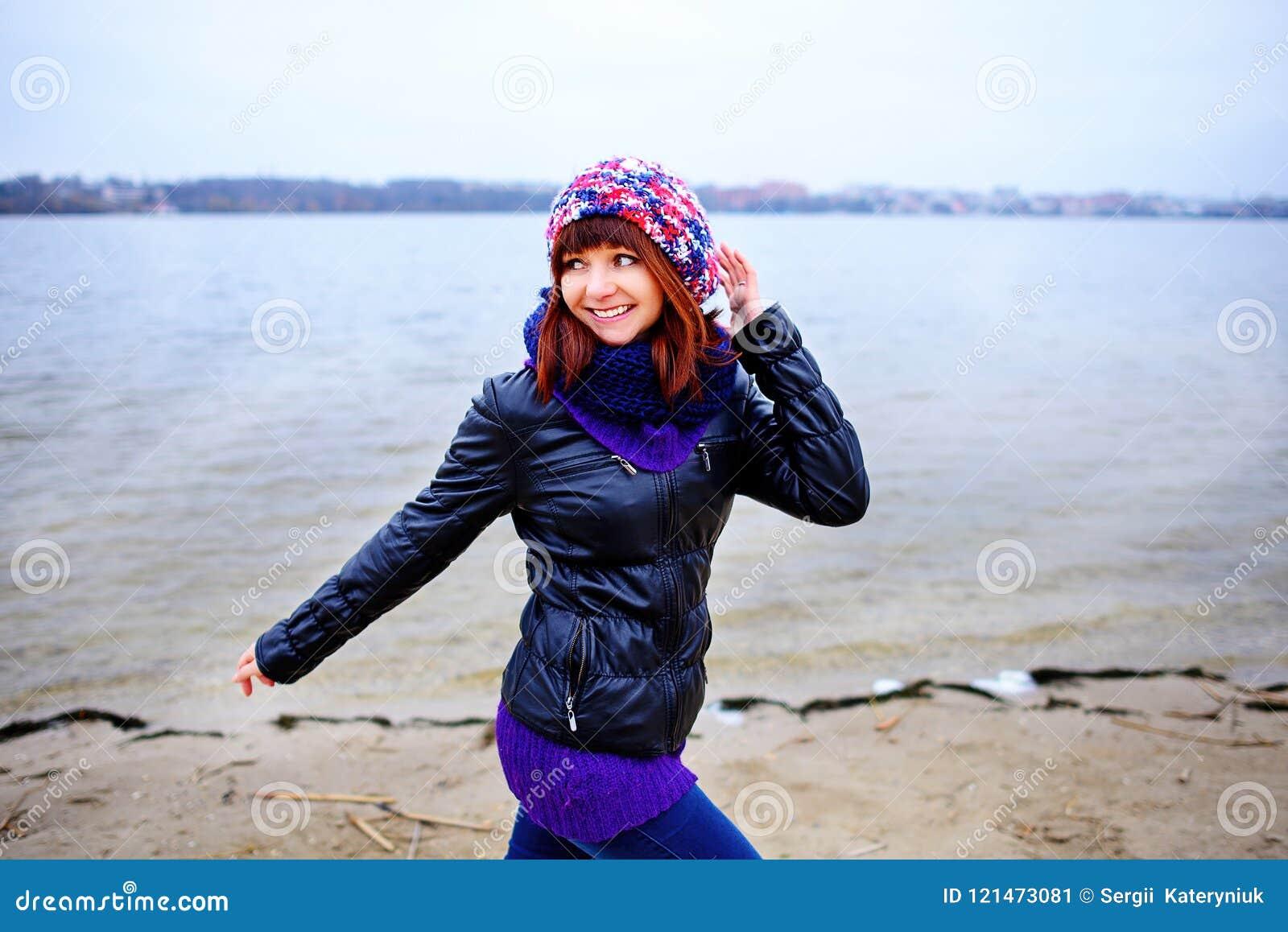 Πορτρέτο τρόπου ζωής των νέων καυκάσιων λεπτών τρεξιμάτων γυναικών κατά μήκος του φθινοπώρου παραλιών