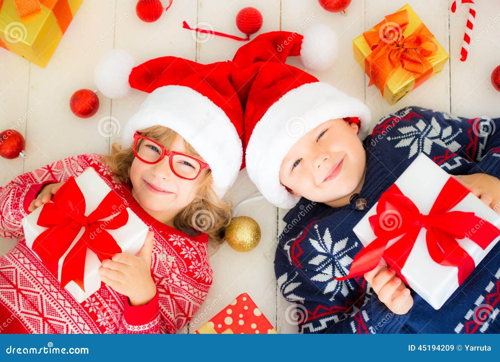 Πορτρέτο των ευτυχών παιδιών με τις διακοσμήσεις Χριστουγέννων