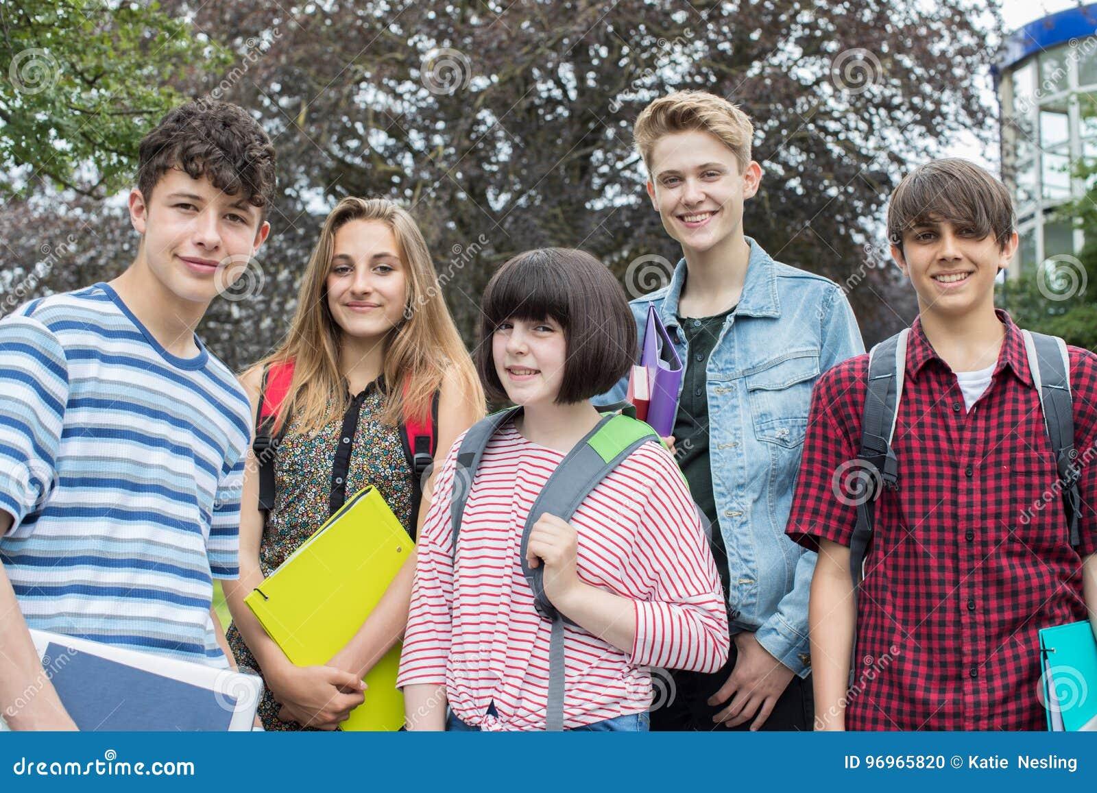 Πορτρέτο των εφηβικών σπουδαστών έξω από το σχολικό κτίριο