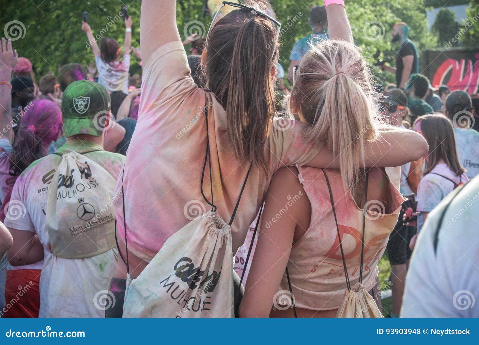 Πορτρέτο των κοριτσιών με το σακίδιο πλάτης σε Colore Μυλούζ 2017